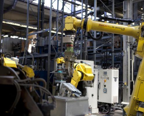 Montage-Roboter bei Zusammensetzung von Bauteilen