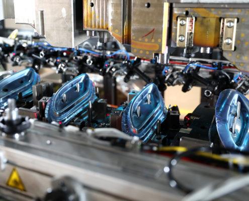 Stanz- und Biegeteile auf einer Stanz-/ Biegemaschine