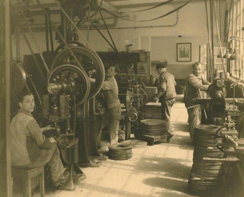 Sepia-Bild: König Metall Mitarbeiter an Produktionsmaschinen