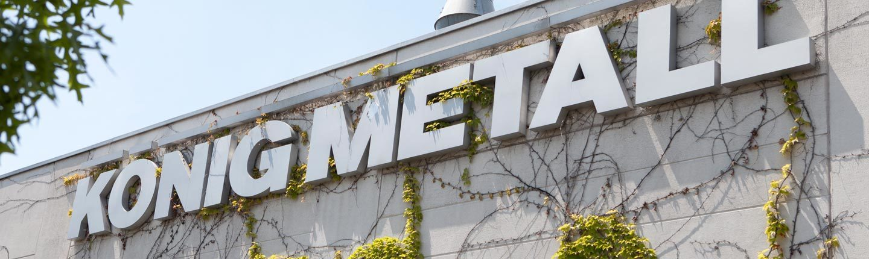 metallisches König Metall Logo auf Fassade