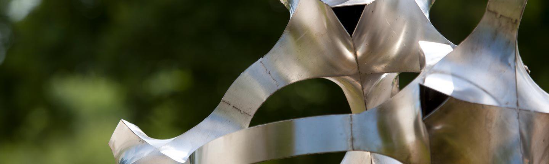 Nahaufnahme Metallskulptur silber