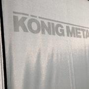 König Metall Logo auf Stoff gedruckt