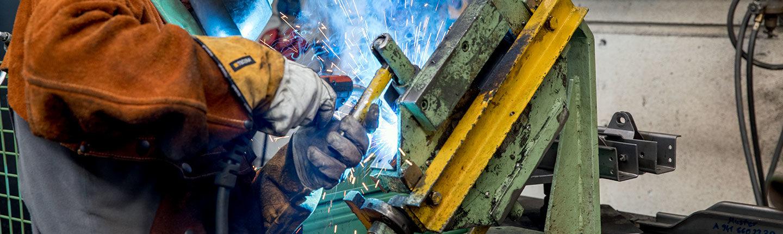 Ausschnitt Mitarbeiter schweißt Bauteil