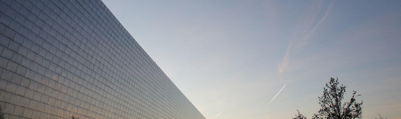 Auschnitt Himmel und metallisch-glänzendes Gebäude König Metall